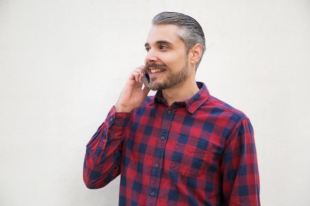 Homem satisfeito positivo falando no celular