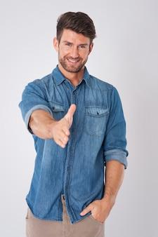 Homem saudando por visitar uma camisa jeans