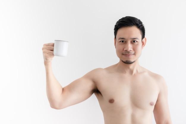 Homem saudável em topless bebe café saudável na parede isolada.