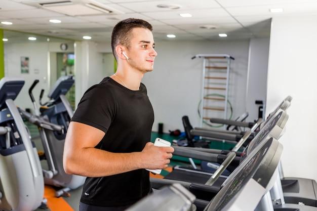 Homem saudável, treinando na academia