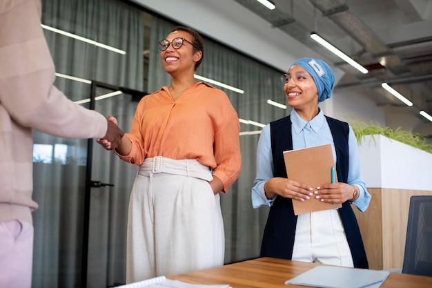 Homem se apresentando aos empregadores na entrevista de emprego de escritório