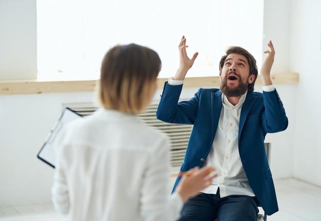 Homem se comunica com as emoções da mulher na entrevista de emprego