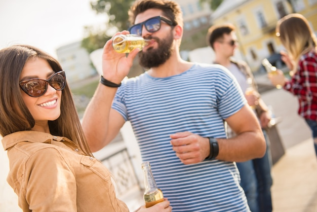 Homem se comunicar com uma garota na rua e beber.