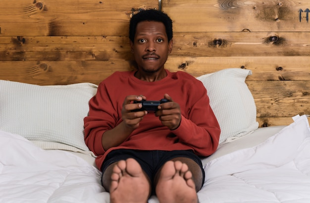 Homem se divertindo jogando jogos
