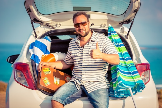 Homem se divertindo nas férias de verão