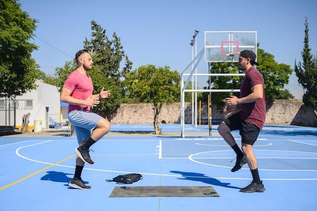 Homem se exercitando com seu treinador