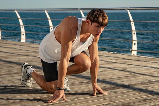 Homem se exercitando na praia