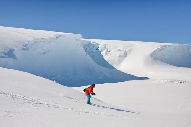 Homem se move na pista de esqui