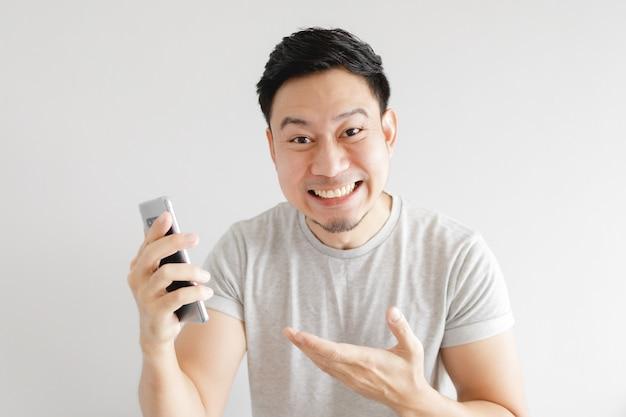 Homem se sente feliz com o aplicativo no smartphone.