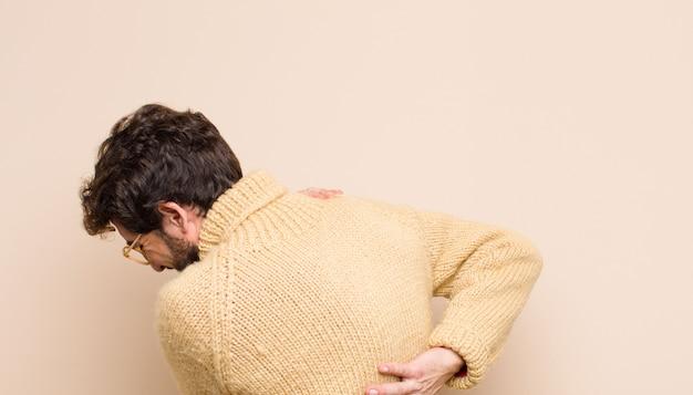 Homem se sentindo cansado, estressado, ansioso, frustrado e deprimido, sofrendo com dores nas costas ou no pescoço