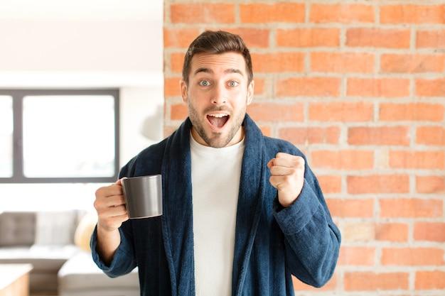 Homem se sentindo chocado, animado e feliz, rindo e comemorando o sucesso, dizendo uau!