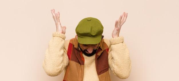 Homem se sentindo estressado e ansioso, deprimido e frustrado com dor de cabeça, levantando as duas mãos
