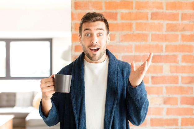 Homem se sentindo feliz, surpreso e alegre, homem sorrindo com atitude positiva, percebendo uma solução ou ideia