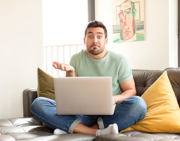 Homem se sentindo perplexo e confuso, duvidando, ponderando ou escolhendo opções diferentes com expressão engraçada
