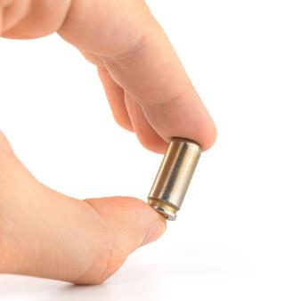 Homem segura bala de 9 mm isolada no fundo branco