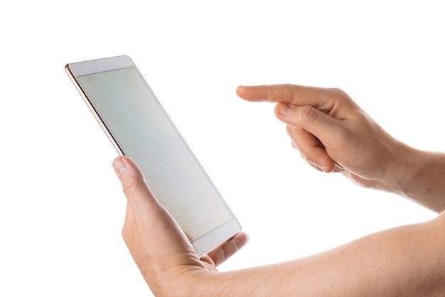 Homem segura e toca no tablet branco. isolado em um fundo branco.