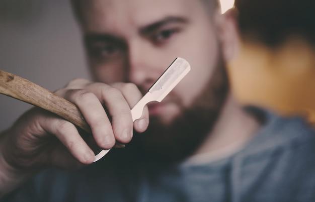 Homem segura uma lâmina perigosa