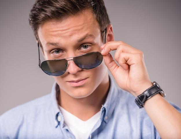 Homem, segurado, para baixo, óculos pretos