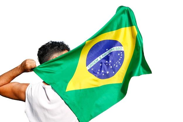 Homem segurando a bandeira do brasil isolada.
