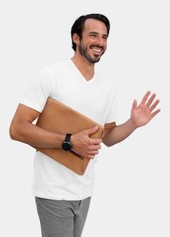 Homem segurando a bolsa acenando e sorrindo