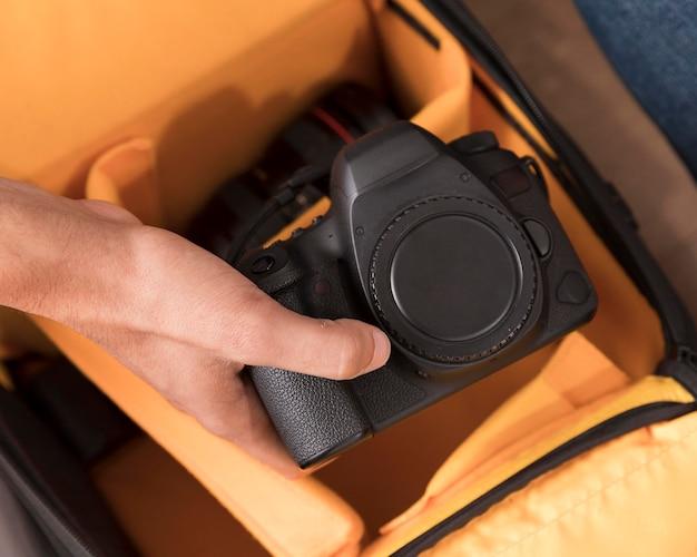 Homem segurando a câmera sem lente