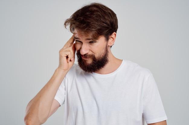 Homem segurando a dor de cabeça, estresse, emoções, estúdio, tratamento