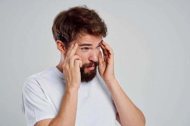 Homem segurando a dor de cabeça, estresse, emoções, luz de fundo