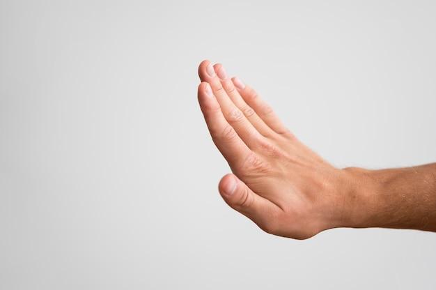 Homem segurando a mão e verificando as unhas com espaço de cópia