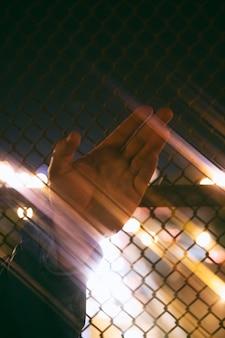 Homem segurando a mão nas luzes da cidade à noite