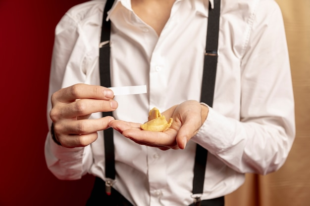 Homem segurando a mensagem do biscoito da sorte para o ano novo chinês