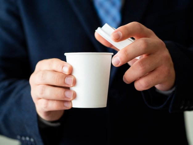 Homem segurando a xícara de café mock-up