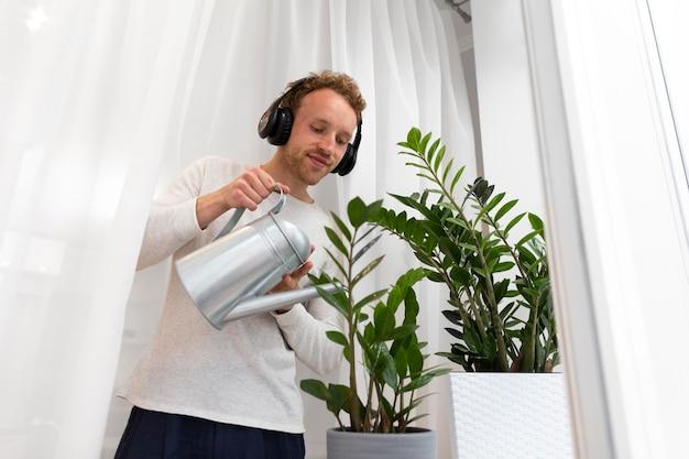 Homem segurando água pode tiro médio