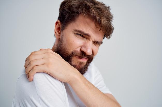 Homem segurando artrite no pescoço, problemas de saúde, estúdio de tratamento