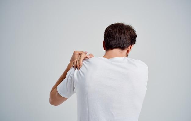 Homem segurando artrite no pescoço, problemas de saúde, luz de fundo