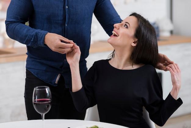 Homem segurando as mãos da namorada