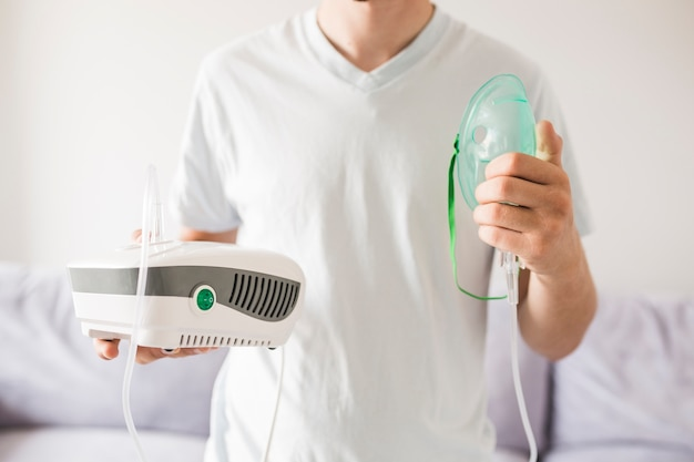 Homem, segurando, asma, nebulizer, em, mãos