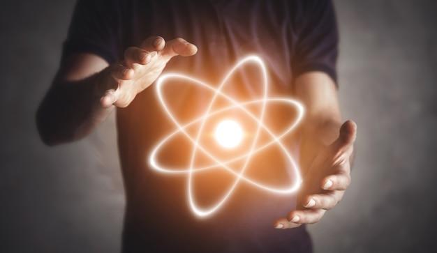 Homem segurando átomo