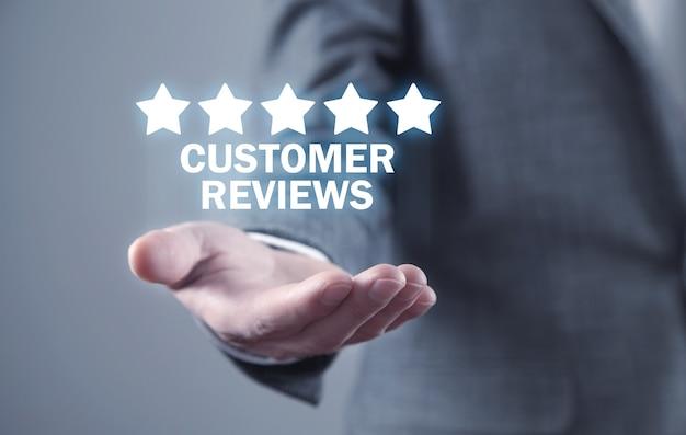 Homem segurando avaliações de clientes. conceito de negócios
