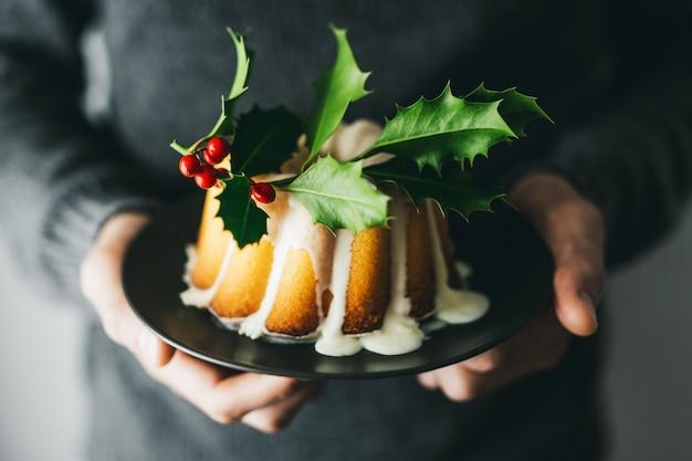 Homem, segurando, bolo natal, com, deco
