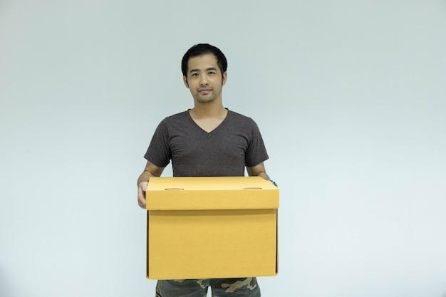 Homem, segurando, caixa papelão, em, seu, mão
