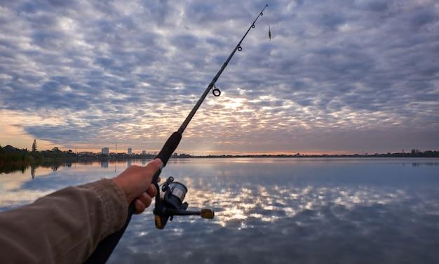 Homem, segurando, cana de pesca
