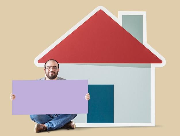 Homem, segurando, cartaz, com, casa, mockup