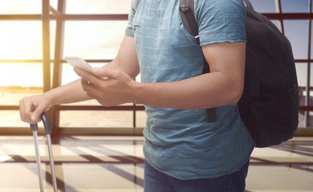 Homem, segurando, cellphone, e, mala