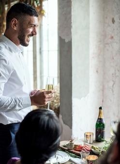 Homem, segurando, champanhe, vidro, dar, fala