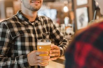 Homem, segurando, copo cerveja