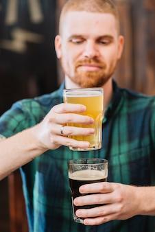 Homem, segurando, copos, de, rum, e, cerveja