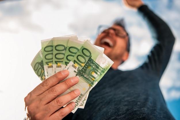Homem, segurando dinheiro