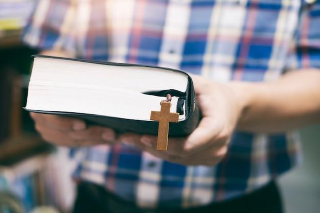 Homem, segurando, e, leitura, a, santissimo, cristão, bíblia
