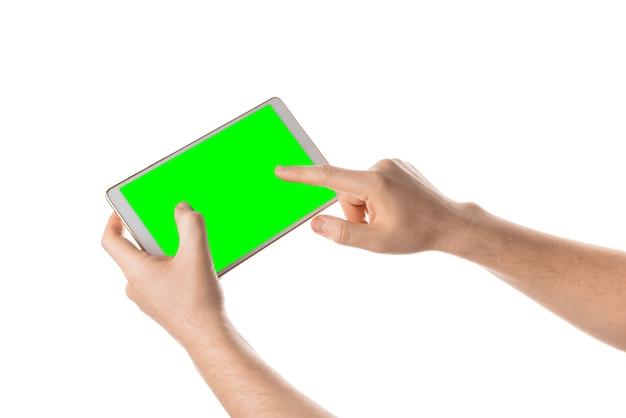 Homem segurando e tocando a tela em branco do tablet branco tela isolada com chroma key