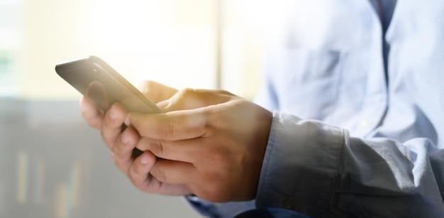 Homem, segurando, en, mãos, e, usando, tablete digital, telefone móvel, telefone